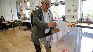 Eurowybory 2019. Głosowanie w wyborach do Parlamentu Europejskiego w obwodowej komisji w Supraślu pod Białymstokiem
