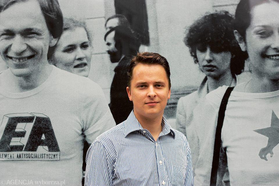 Franak Wiaczorka, doradca przywódczyni białoruskiej opozycji Swiatłany Cichanouskiej, przed Domem Wolnego Słowa w Warszawie