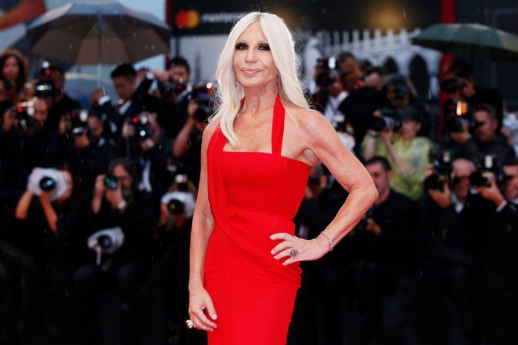 Jak Donatella Versace wyglądała kiedyś? Na starych zdjęciach jest nie do poznania