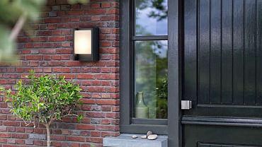 Lampa z czujnikiem ruchu przy wejściu do domu zwiększa poczucie bezpieczeństwa