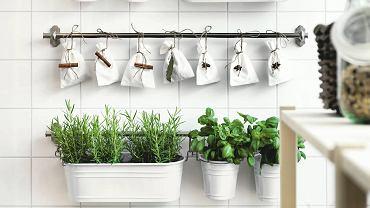 Ziołowy ogródek. Jeśli brakuje nam miejsca na blacie lub parapecie, doniczki ze świeżą bazylią, rozmarynem czy rukolą zawieśmy na relingach. A w gustownych woreczkach schowajmy listki bobkowe albo suszone grzyby, IKEA