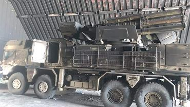 Uszkodzony system Pancyr-S1 w hangarze na lotnisku Al-Watiya