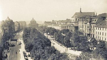 Widok na Wały Hetmańskie, które tworzyły dwie równoległe i przedzielone pasem zieleni ulice Legionowa i Hetmańska. Wały razem z ulicą Akademicką tworzyły tzw. lwowskie corso, którym lubili się przechadzać obywatele należący do elity miasta.