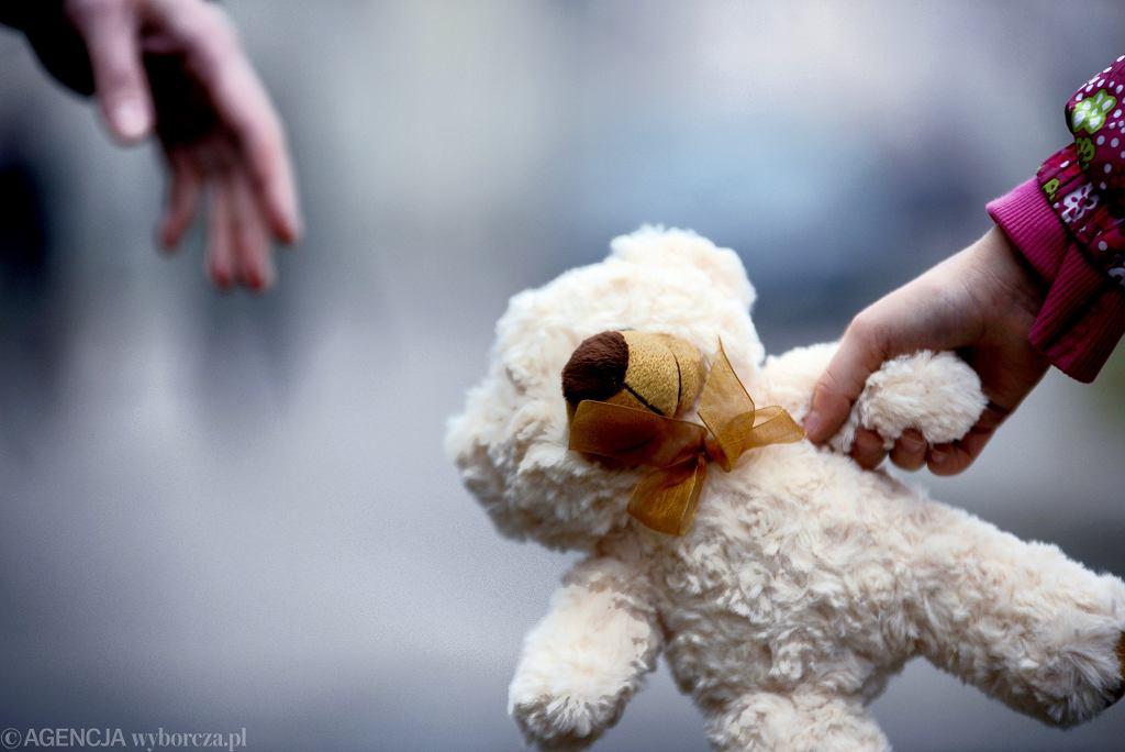 W ramach pseudonaukowego eksperymentu dzieci oddawano pod opiekę pedofilów (zdjęcie ilustracyjne)