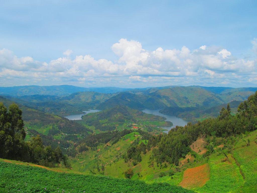 Uganda, liczne odnogi górskiego jeziora Bunyonyi.