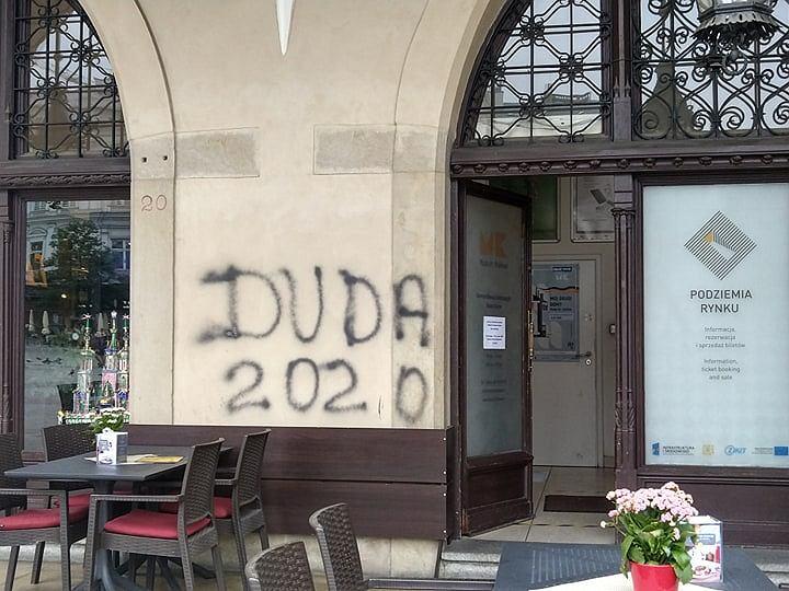 Napis 'Duda 2020' na murze Sukiennic w Krakowie.