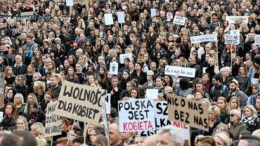 Pikieta kobiet w ramach 'czarnego protestu' na pl. Solidarności w Szczecinie