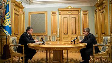 Prezydent Ukrainy Petro Poroszenko  podczas podpisywania dymisji Ihora Kołomojskiego