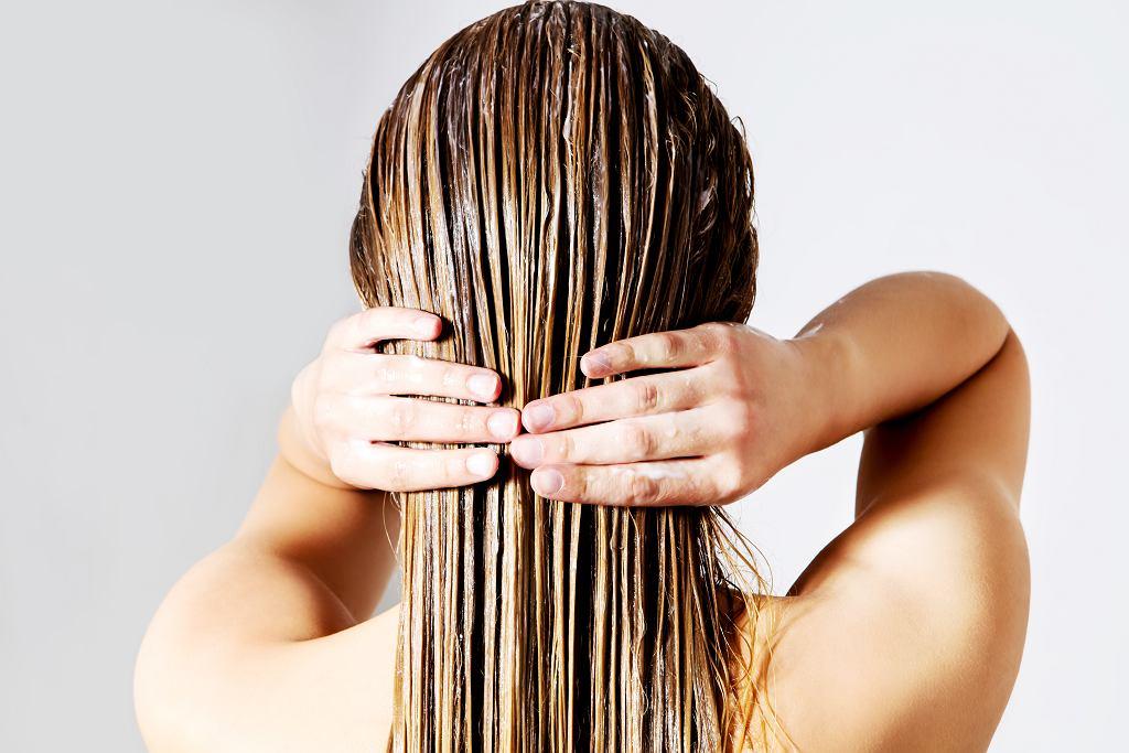 Mycie włosów odżywką - co to za trend?