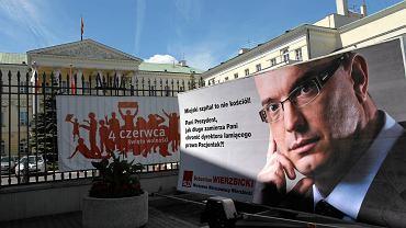 Sebastian Wierzbicki z SLD protestuje pod ratuszem