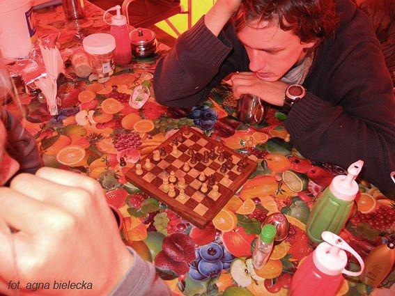 Andrzej Bargiel i Mateusz Zabłocki grają w szachy