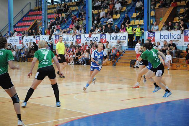 Monika Głowińska (z piłką) z Pogoni Baltica doznała w meczu ze SPR Lublin poważnej kontuzji