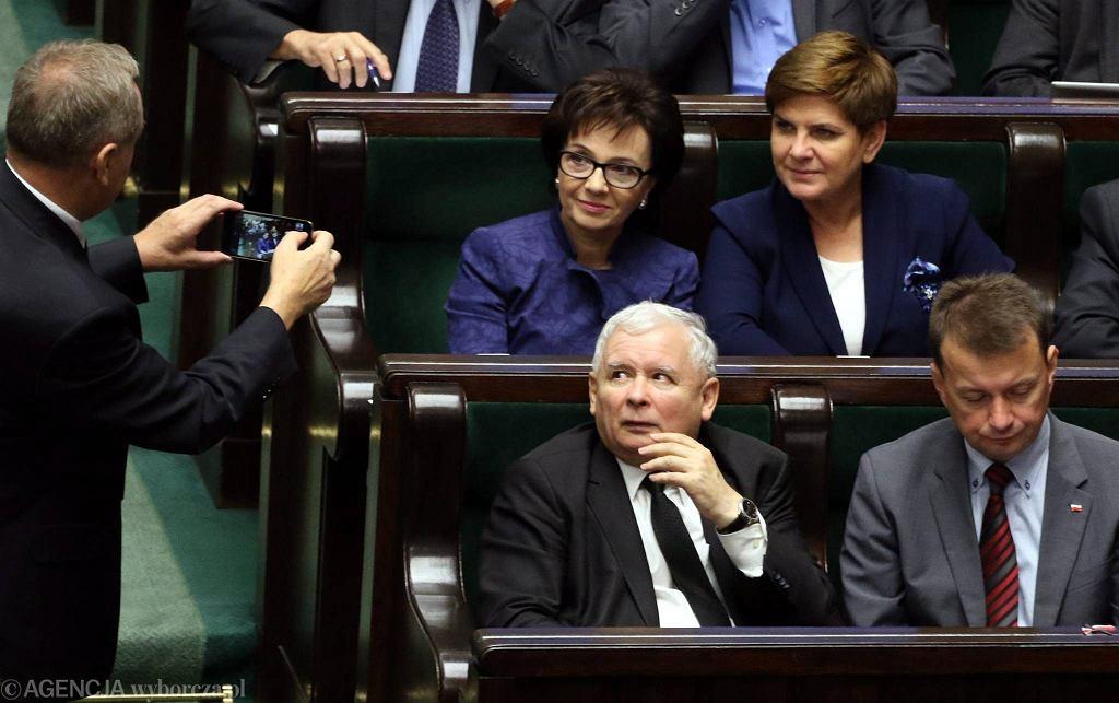 Gdyby Polacy wybierali parlament teraz, PiS znów wygrałby wybory. Ale z wynikiem znacznie gorszym niż przed rokiem. N/z. Henryk Kowalczyk, Elżbieta Witek, Beata Szydło, Jarosław Kaczyński i Mariusz Błaszczak -