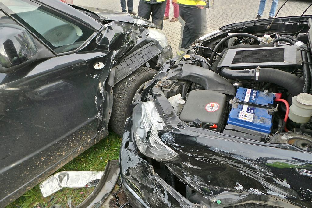 Kierowca subaru wjechał na parking i uszkodził 10 samochodów