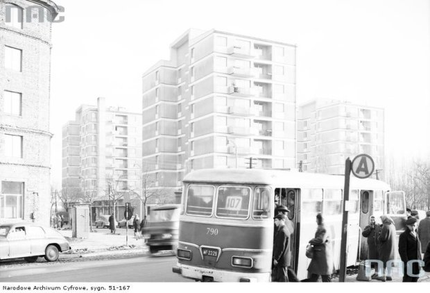 Brak wiaty na przystanku autobusowym przy skrzyżowaniu ul. Sobieskiego, Chełmskiej i Belwederskiej