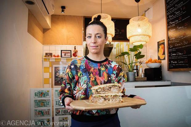 Kasia Mirecka serwuje kubańską kanapkę w barze La Chica w Warszawie
