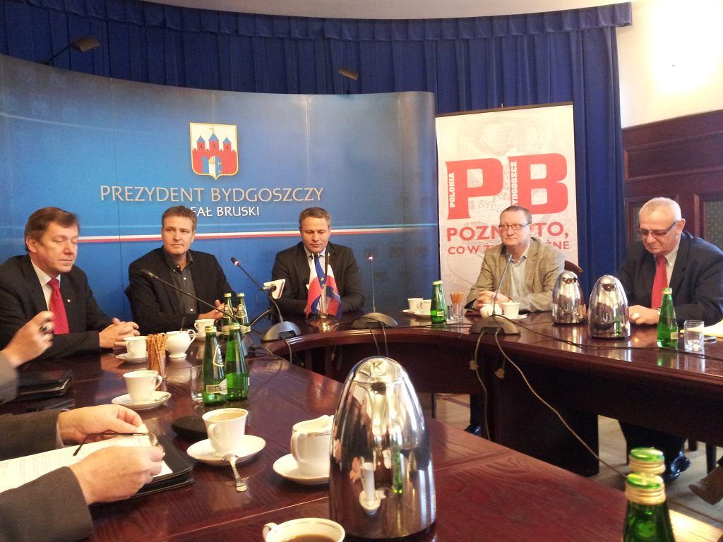 Przedstawiciele BSI i Polonii podpisują umowy