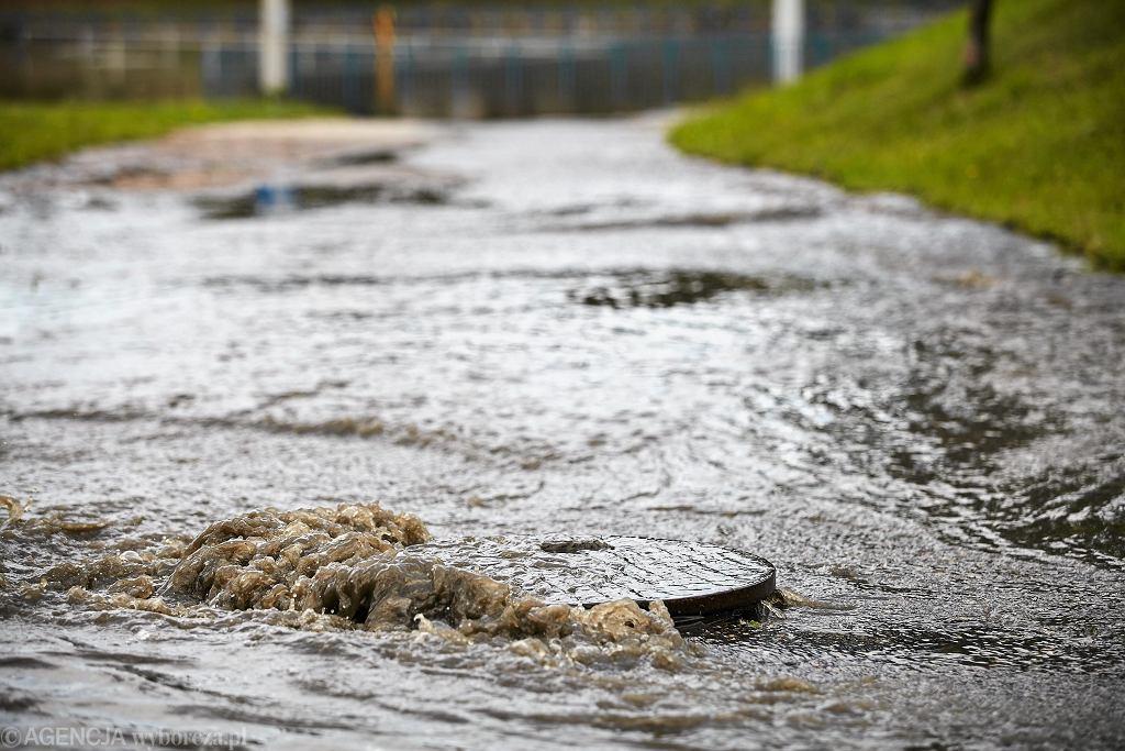 Targówek. Ulice zalane mieszanką ropy, oleju i wody [zdjęcie ilustracyjne]