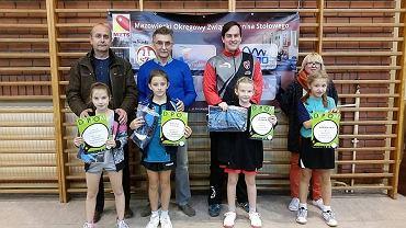 Wiktoria Serafin (druga z lewej) ze swoim trenerem Stefanem Wielgusem