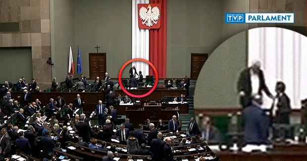Szef klubu PiS Ryszard Terlecki daje reprymendę marszałkowi Sejmu Markowi Kuchcińskiemu za zignorowanie prezesa PiS, który chciał zabrać głos