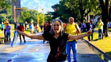 06.08.2017 , Valencia , Wenezuela . Protesty przed bazą wojskową Paramacay .