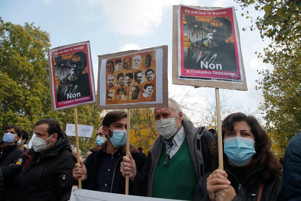 Przez całą niedzielę w wielu francuskich miastach odbywały się zgromadzenia i marsze ku czci okrutnie zamordowanego nauczyciela i w proteście przeciwko terroryzmowi i barbarzyństwu jego adeptów. Największa była manifestacja na placu Republiki w Paryżu. Jej uczestnicy przyszli na wezwanie redakcji 'Charlie Hebdo' i kilku stowarzyszeń i związków nauczycieli, by oddać hołd Samuelowi Paty'emu i wystąpić w obronie wolności słowa i nauczania.