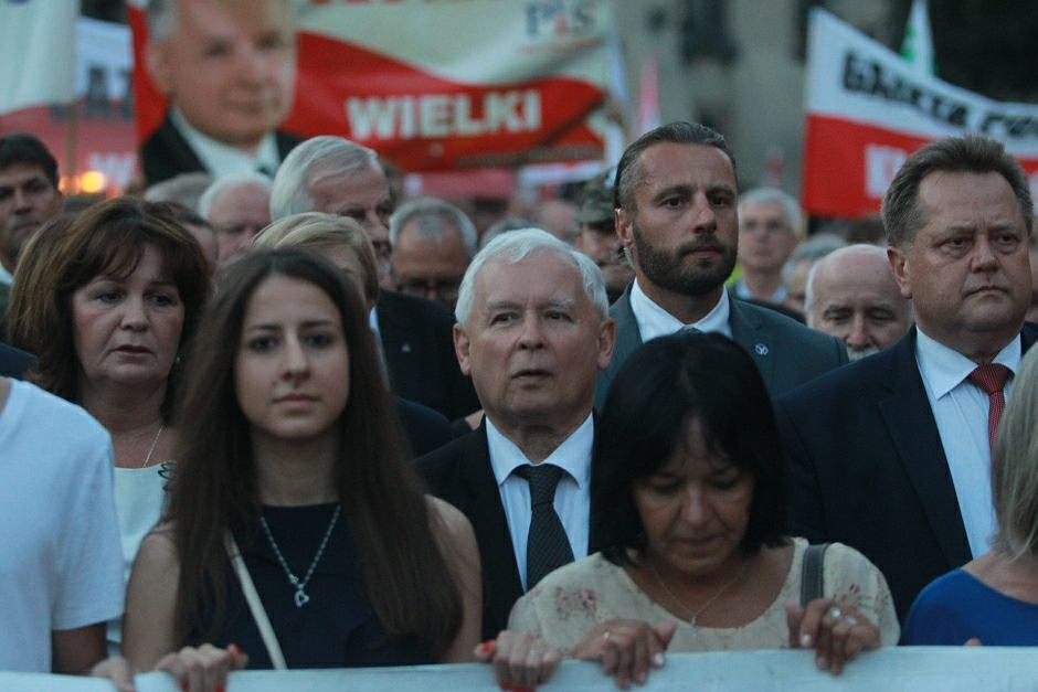 Jarosław Kaczyński wśród zwolenników podczas sierpniowej miesięcznicy