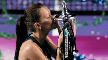 Agnieszka Radwańska pokonała Petrę Kvitovą 6:2, 4:6, 6:3 w finale turnieju masters w Singapurze. To największy sukces polskiej tenisistki w karierze. WTA Finals w hierarchii turniejów znajduje się tuż za czterema turniejami Wielkiego Szlema.