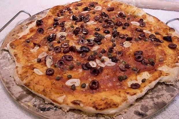 Pizza puttanesca na kamieniu