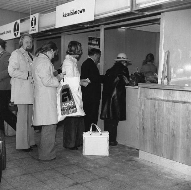 Zdjęcie numer 0 w galerii - Kolejki do kas, no i ta tablica lotów. Tak wyglądało gdańskie lotnisko zaraz po otwarciu [STARE ZDJĘCIA]