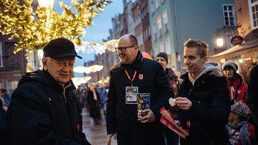 Prezydent Gdańska Paweł Adamowicz kwestuje podczas 27. finału WOŚP. Wieczorem tego dnia został zaatakowany przez nożownika na scenie. Gdańsk, ul. Długa, 13 stycznia 2019