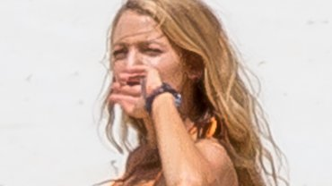 Blake Lively została sfotografowana w skąpym bikini w trakcie zdjęć do jej najnowszego filmu w Australii. Aktorka może się pochwalić idealną figurą zaledwie 10 miesięcy po porodzie. Jenak naszą uwagę zwróciły naszym zdaniem większe piersi. Zobaczcie, jak się prezentowała w bikini.