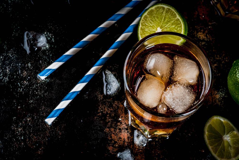 Cuba Libre, czyli rum z colą, to w wolnym tłumaczeniu 'Wolna Kuba'