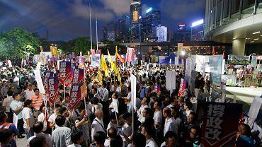 Prochińscy demonstranci przed siedzibą Rady Legislacyjnej w Hongkongu