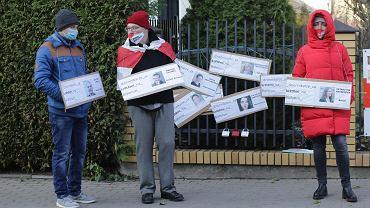 Akcja solidarności z prześladowanymi dziennikarzami na Białorusi przed konsulatem w Białymstoku