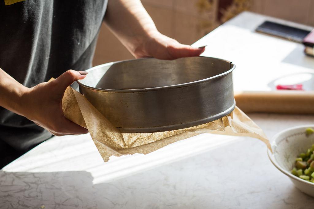 Jednym ze sposobów na wycięcie koła z papieru jest narysowanie na nim konturu naszej tortownicy, a następnie wycięcie go