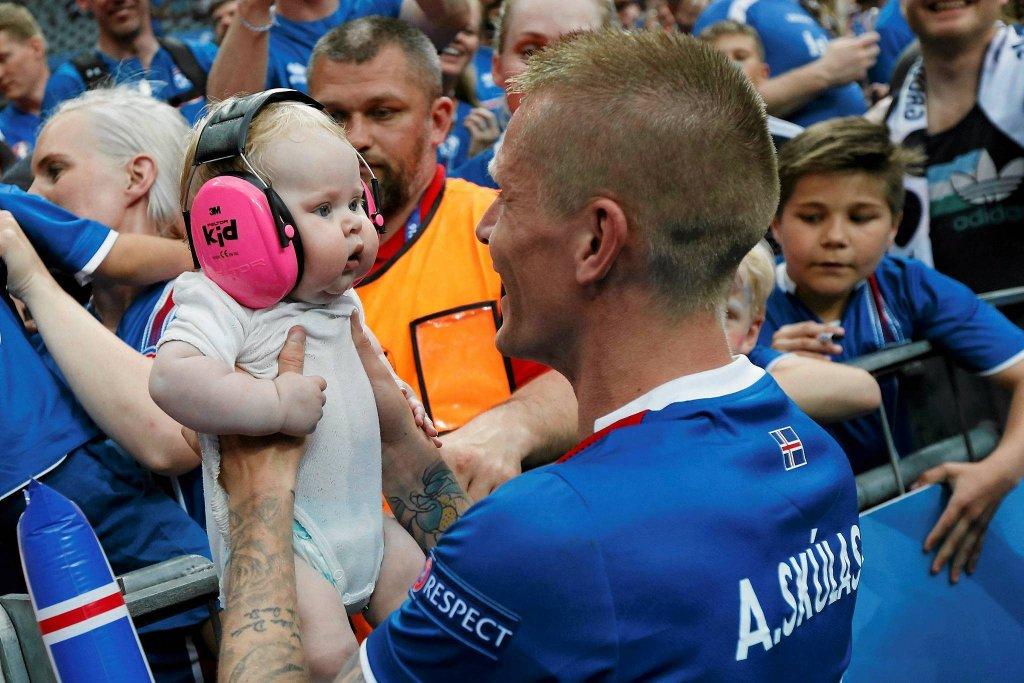 Zawodnik Islandii Ari Skulason cieszy się z wygranego meczu z Austrią podczas Euro 2016, 22 czerwca.