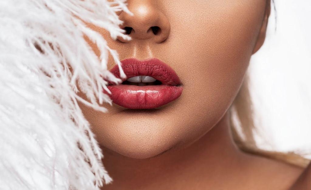 Trendy w makijażu ust na rok 2020. Postaw na błyszczyk i brokatową pomadkę