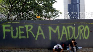 'Maduro precz' - głosi napis na płocie