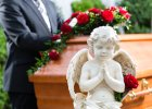 Komu składać kondolencje? Jak się ubrać? Oto pogrzebowy savoir-vivre