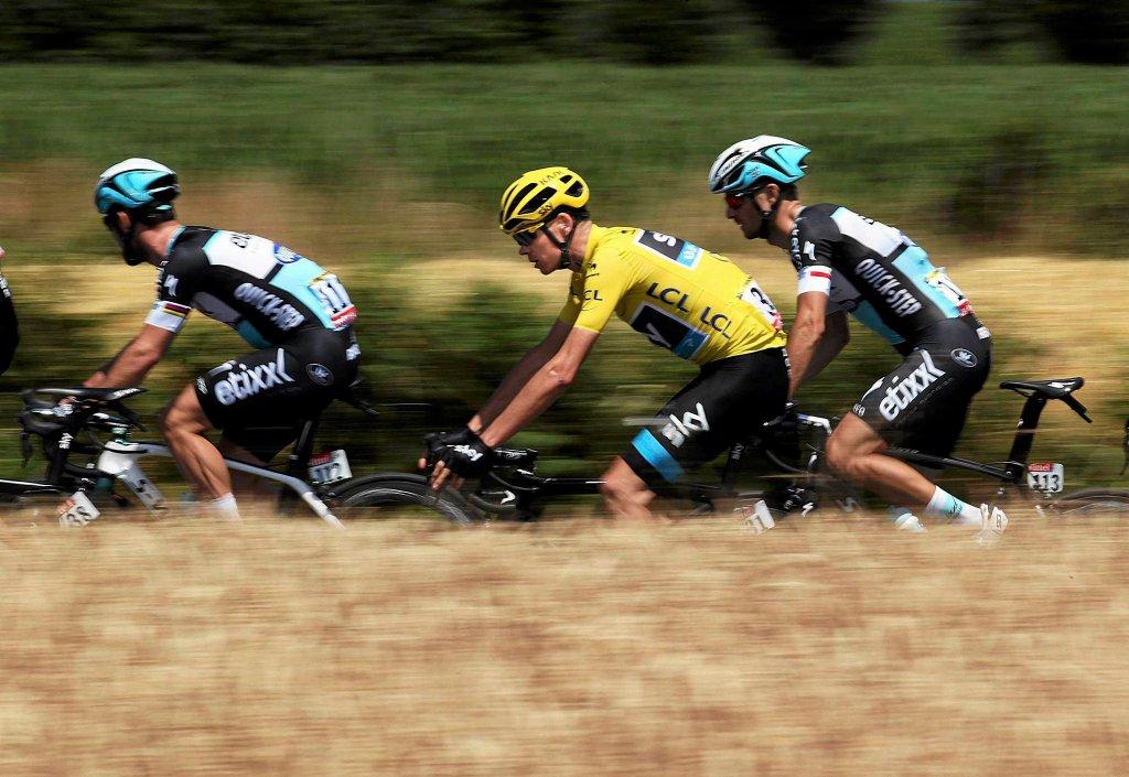 Chris Froome (w środku) oraz Mark Cavendish (z lewej) i Michał Gołaś (z prawej)