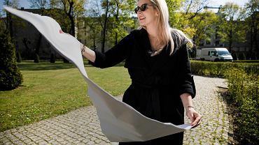 Agnieszka Jankowiak-Maik, nauczycielka historii i wos w III LO w Poznaniu. Na zdjęciu - podczas strajku nauczycieli wiosną 2019 r. prowadzi lekcje w parku Chopina
