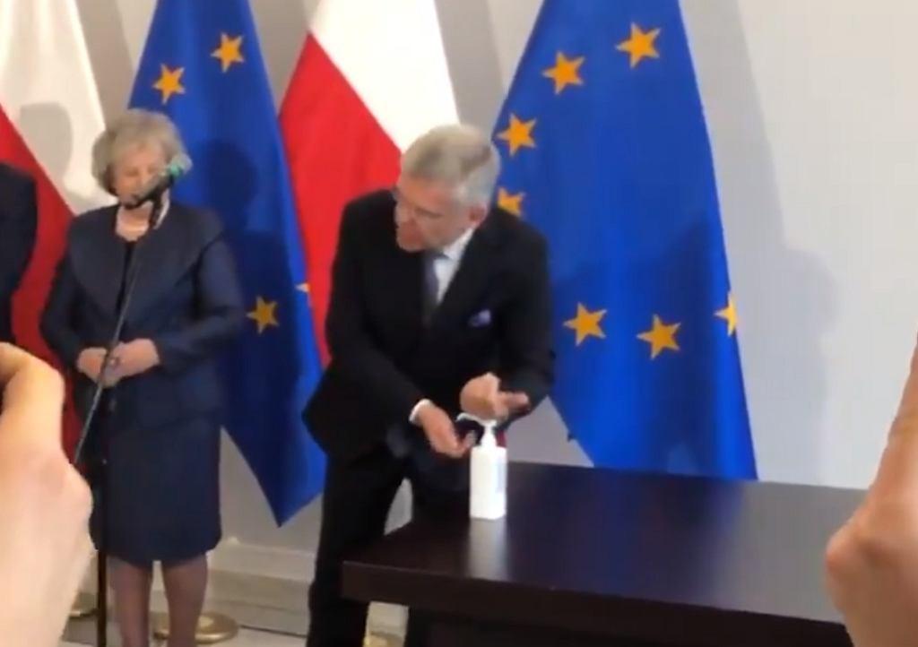 Karczewski pokazuje jak myć ręce: