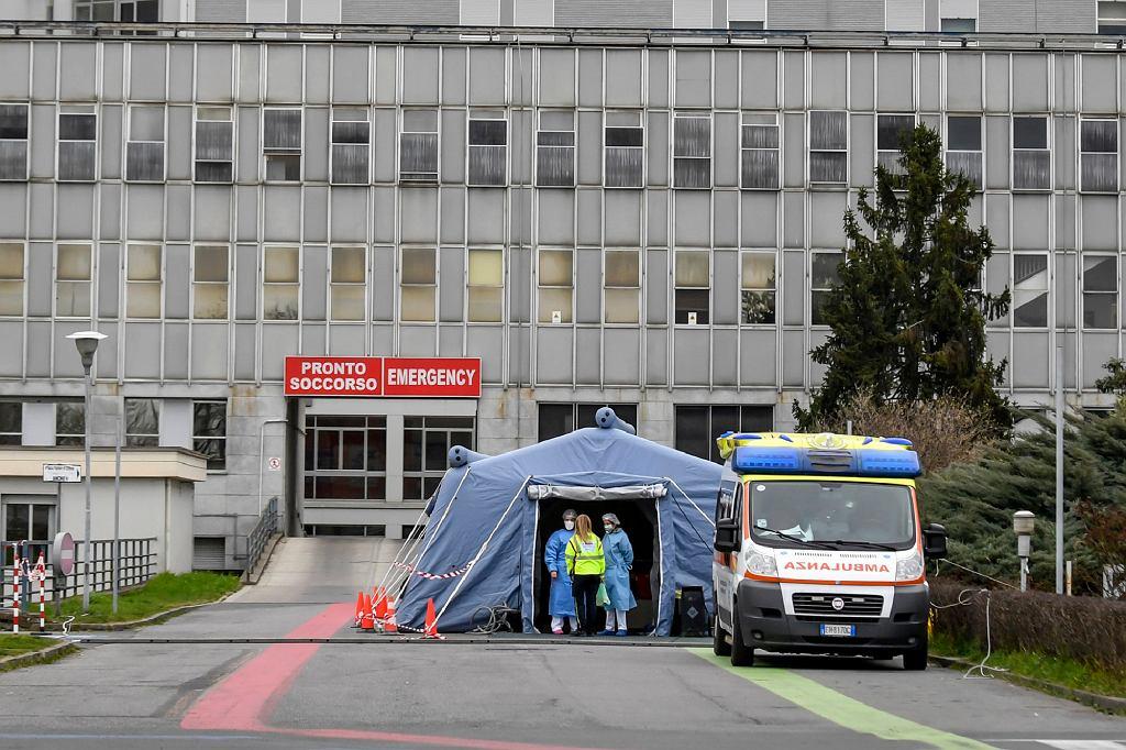 Aby poradzić sobie z dużą liczbą pacjentów, siły ochrony ludności postawiły przed szpitalami 283 namioty, które służą jako oddziały segregacji chorych