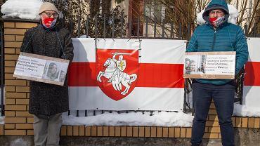 Białystok. Protest przed konsulatem białoruskim po skazaniu dziennikarek na dwa lata kolonii karnej
