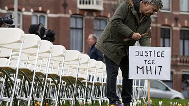 8.03.2020, Haga, Rob Frederiksz, członek rodziny jednej z ofiar zestrzelenia lotu MH17, wbija tabliczke przed rosyjską ambasadą w Holandii.