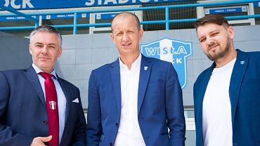 Marek Jóźwiak, nowy dyrektor sportowy w Wiśle Płock (w środku). Z lewej prezes Jacek Kruszewski, z prawej wiceprezes Tomasz Marzec