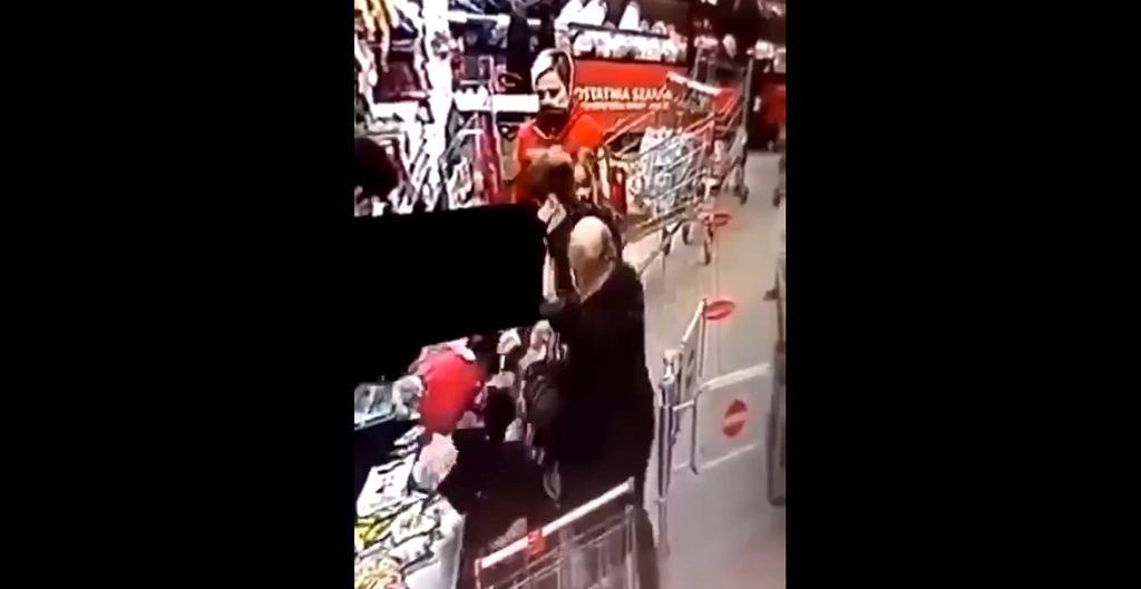Mężczyzna bez maseczki uderza kobietę w markecie