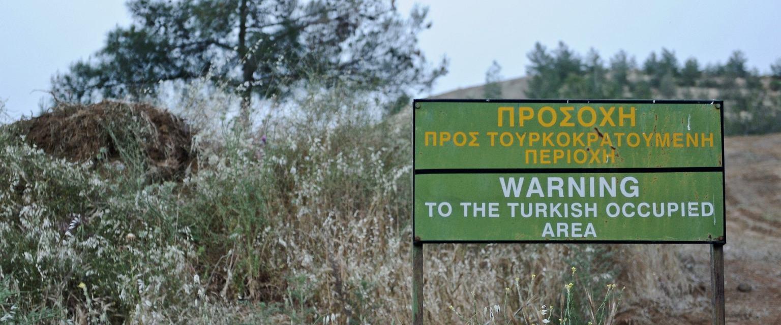 Znak przy dzielącej Cypr Zielonej Linii (Thomas Orchowski)