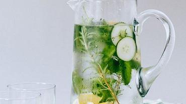 Woda z ziołami, ogórkiem i cytryną